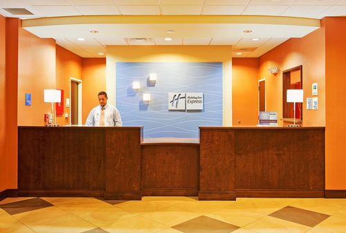 Holiday-Inn-Express-Front-Desk